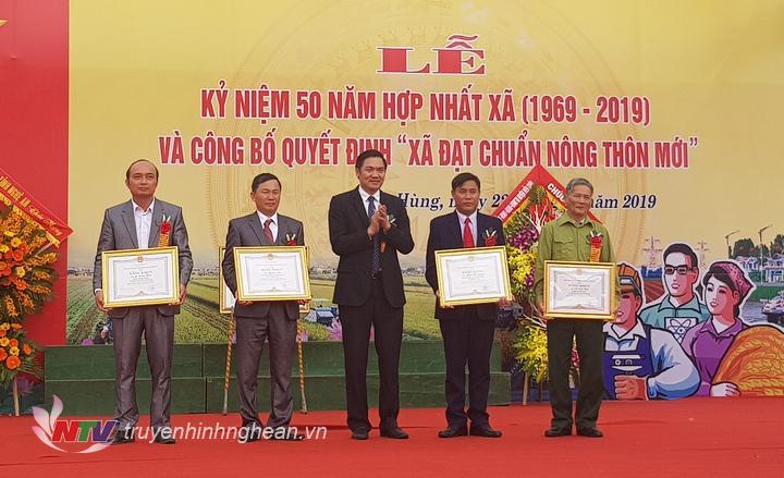 Trao bằng khen của UBND tỉnh cho các cá nhân, tập thể có thành tích xuất sắc trong phong trào xây dựng NTM tại địa phương.