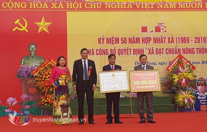 Phó Chủ tịch UBND tỉnh Hoàng Nghĩa Hiếu trao bằng công nhận xã đạt chuẩn NTM cho xã Diễn Hùng.