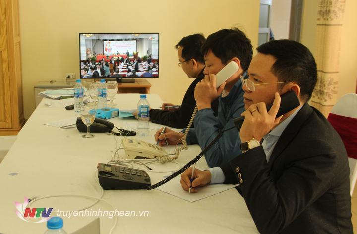 Các thành viên trong tổ trực đường dây nóng tiếp nhận ý kiến cử tri.
