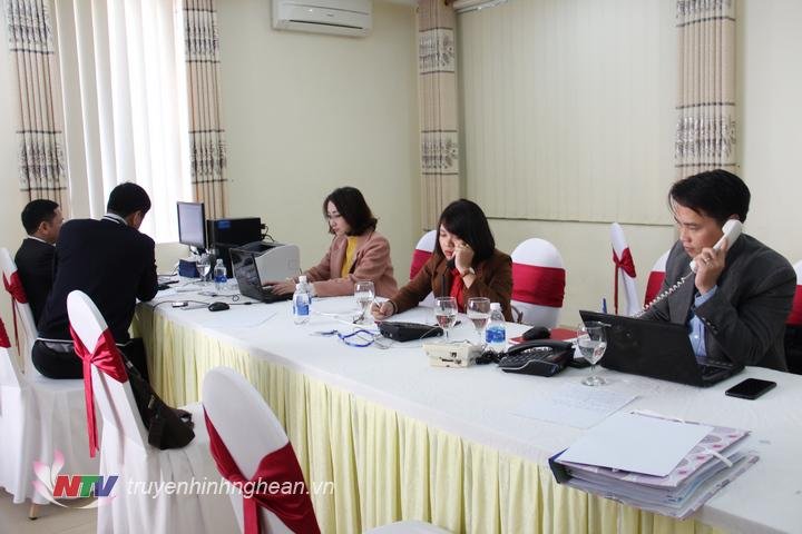 Tổ trực đường dây nóng tiếp nhận ý kiến cử tri tại kỳ họp thứ 12, HĐND tỉnh khóa XVII.