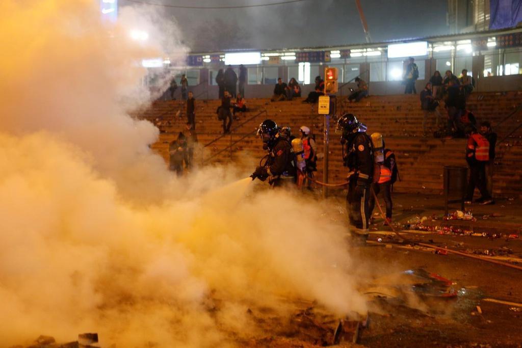 Lính cứu hoả có mặt ngay lập tức để dập tắt các đám cháy nhưng mùi nhựa cháy đã bay vào tận sân Camp Nou. Trước đó, thông qua các phương tiện truyền thông xã hội, FC Barcelona đã khuyến cáo fan hâm mộ cư xử văn minh và không làm gì ảnh hưởng tới trận đấu.
