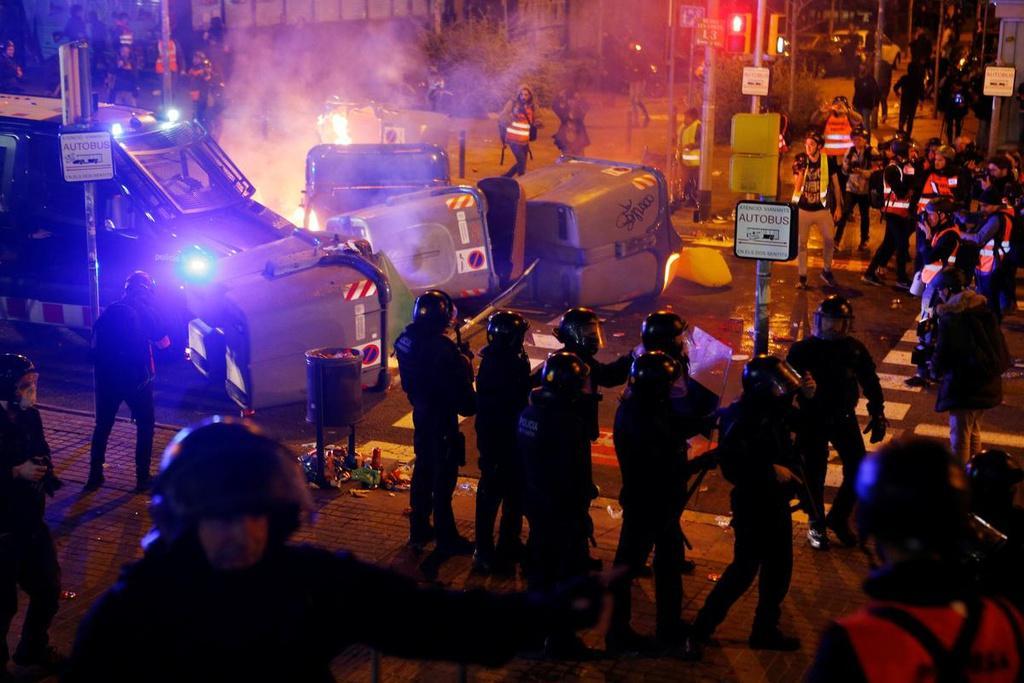 Một số người biểu tình quá khích đã chặn đường bằng thùng rác và châm lửa đốt, đã có những cuộc đụng độ nhỏ lẻ diễn ra. Ít nhất 9 người đã bị bắt giữ và 12 người bị thương, theo hãng thông tấn Efe của Tây Ban Nha.
