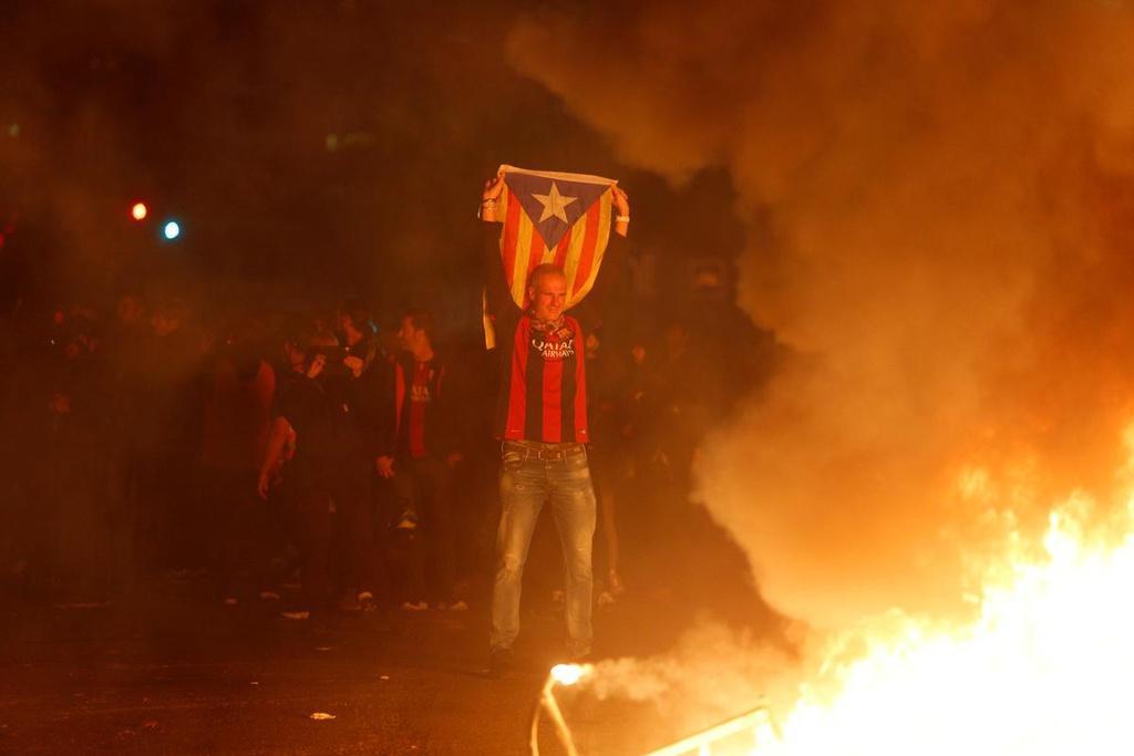 Quan điểm ly khai bắt đầu trỗi dậy mạnh trở lại sau khi nền kinh tế của Barcelona bị ảnh hưởng nặng nề sau cuộc khủng hoảng năm 2008. Các cuộc thăm dò cho thấy 7,5 triệu dân số thành phố cũng bị chia rẽ theo tỷ lệ 50-50 về việc có muốn độc lập khỏi Tây Ban Nha hay không. Tuy nhiên, trận El Clasico từ lâu đã được coi là một nền tảng để những người ủng hộ ly khai bày tỏ quan điểm của mình với chính quyền Madrid.