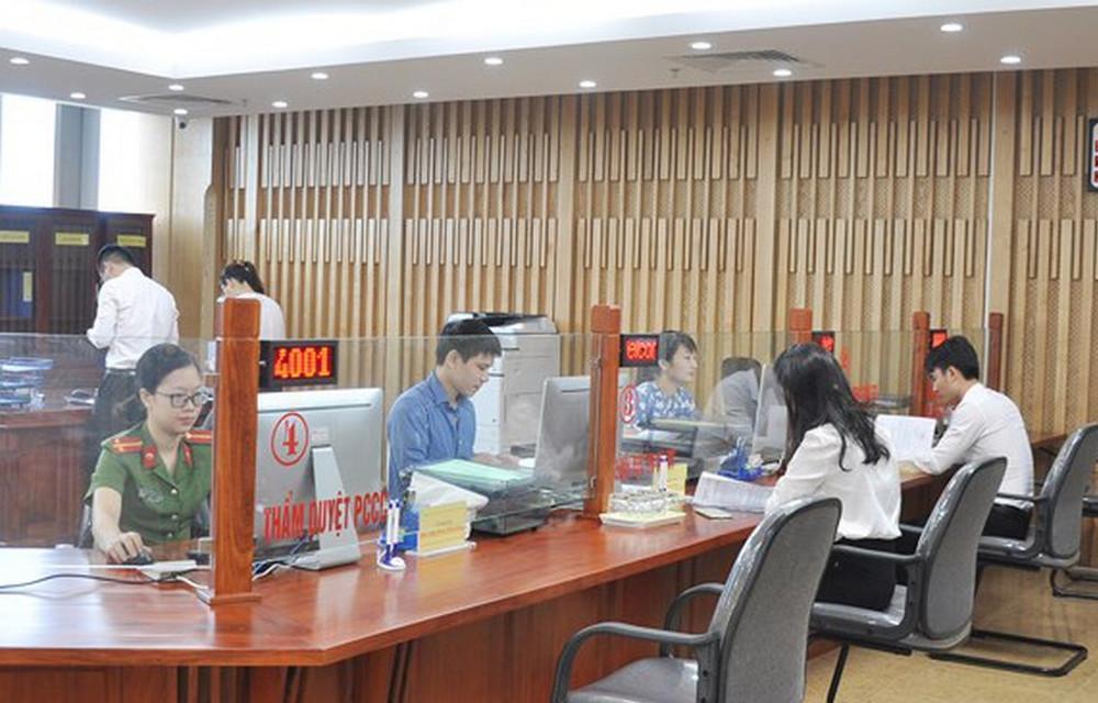 Giao dịch tại bộ phận một cửa Trung tâm Xúc tiến và hỗ trợ đầu tư tỉnh Nghệ An.