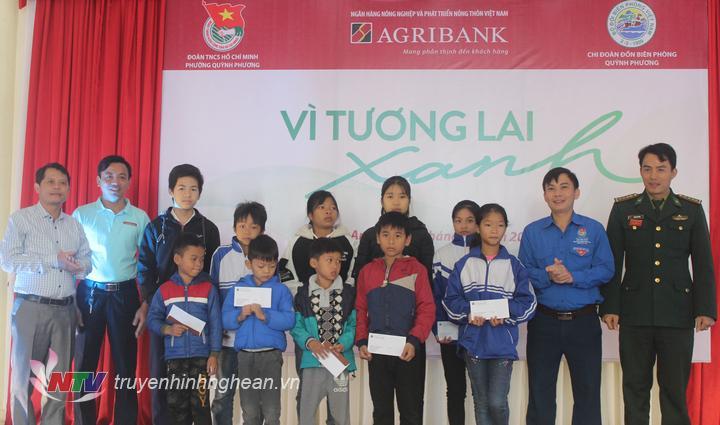 Trao quà cho các học sinh có hoàn cảnh khó khăn trên địa bàn phường Quỳnh Phương, thị xã Hoàng Mai.