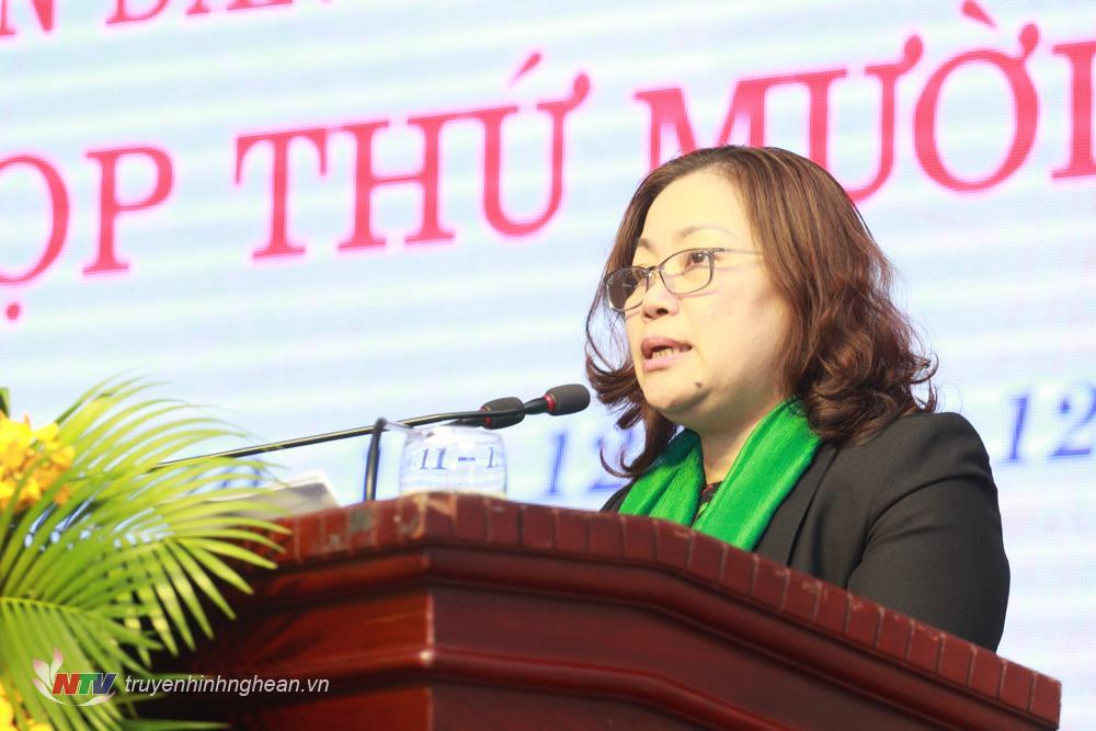 Bà Nguyễn Thị Thu Hường -Trưởng Ban Văn hóa - Xã hội HĐND tỉnh trình bày báo cáo kết quả thẩm tra của Thường trực, các Ban HĐND tỉnh.