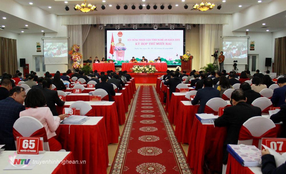 Toàn cảnh phiên thảo luận tại hội trường sáng 11/12.