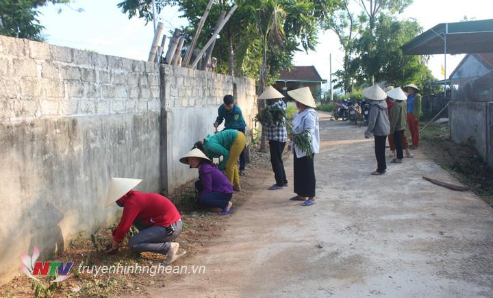 Chị em phụ nữ xã Hùng Sơn hưởng ứng phong trào trồng con đường hoa