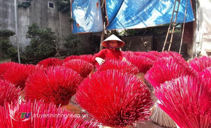 Tranh thủ ngày nắng, bà con làng nghề hương trầm Quỳnh Đôi phơi lại chu hương để bước vào công đoạn quấn hương