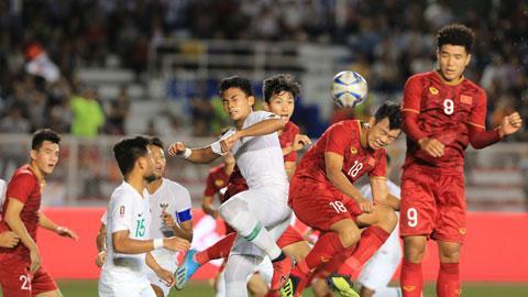 Các tuyển thủ Việt Nam (áo đỏ) đã sẵn sàng xung trận và giành lấy vinh quang.