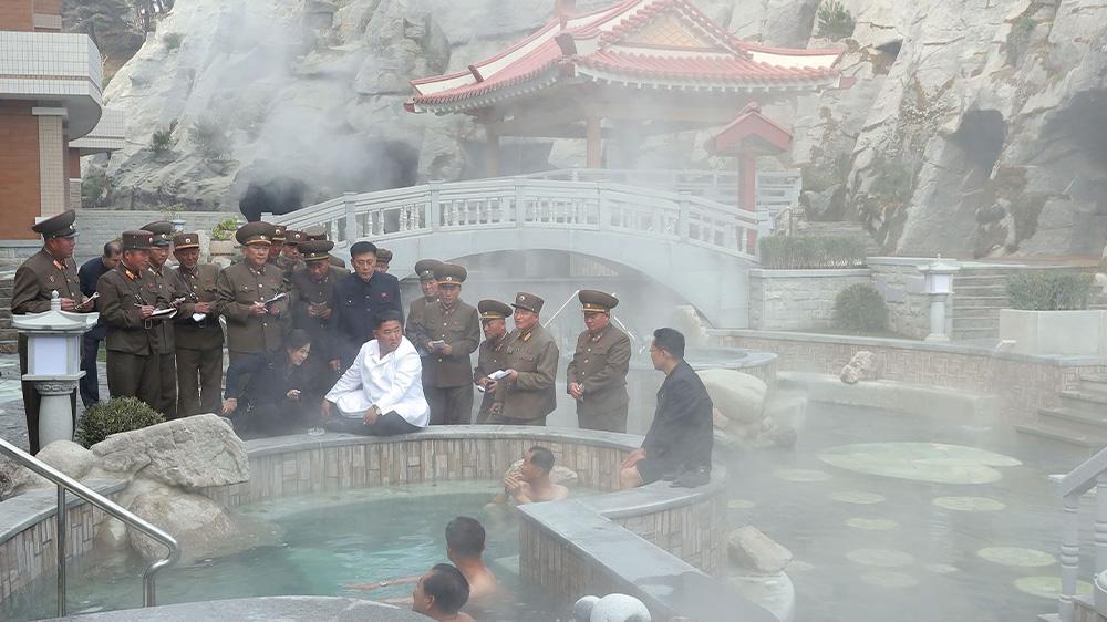 Nhà lãnh đạo Kim Jong-un trò chuyện với du khách tại suối nước nóng Yangdok.