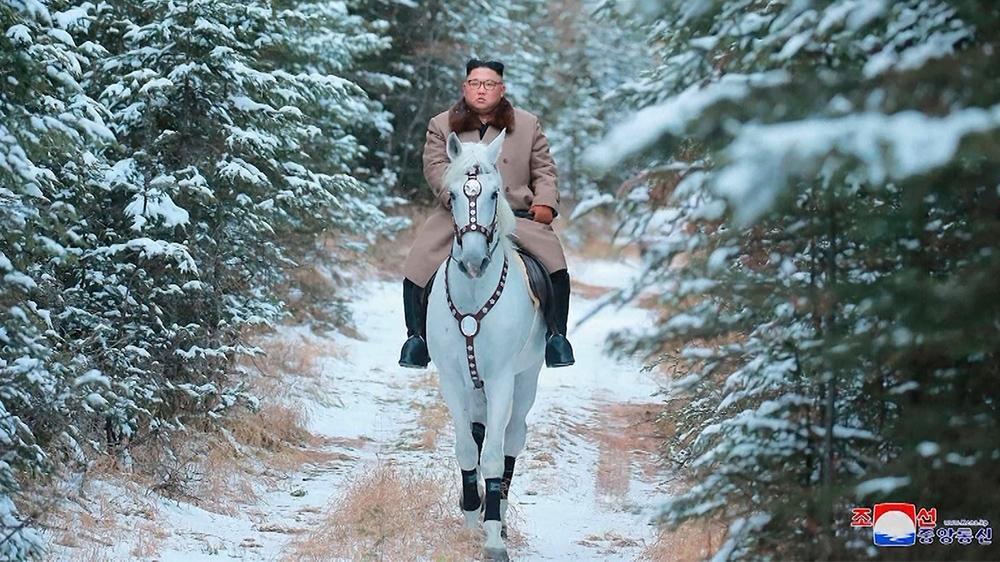 Chủ tịch Triều Tiên Kim Jong-un một mình cưỡi bạch mã xuyên qua đường núi phủ tuyết.
