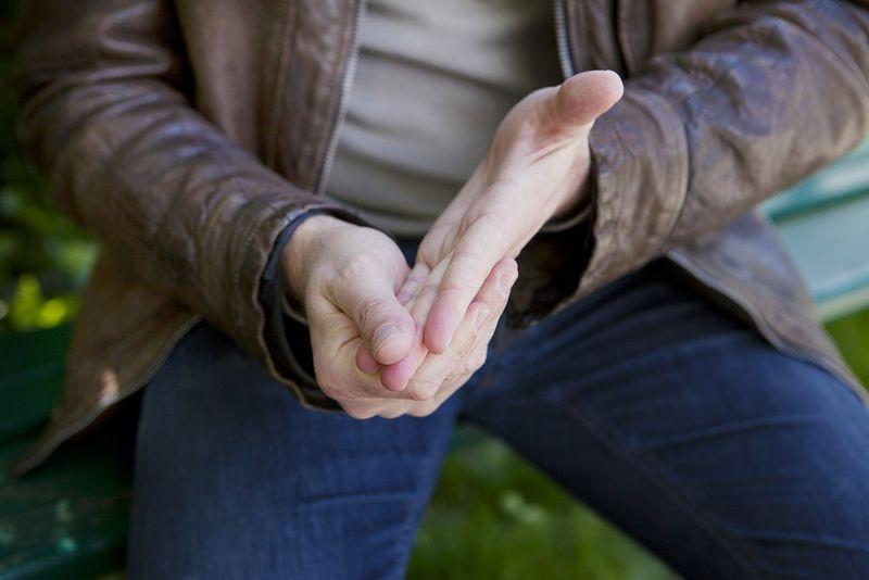 Hội chứng Raynaud: Đây là một bệnh làm ngăn lưu thông máu đến một số bộ phận của cơ thể, thường là ngón tay và ng.ón chân. Da ở các bộ phận này sẽ chuyển sang màu xanh và trở nên lạnh, đau, tê hoặc nhói