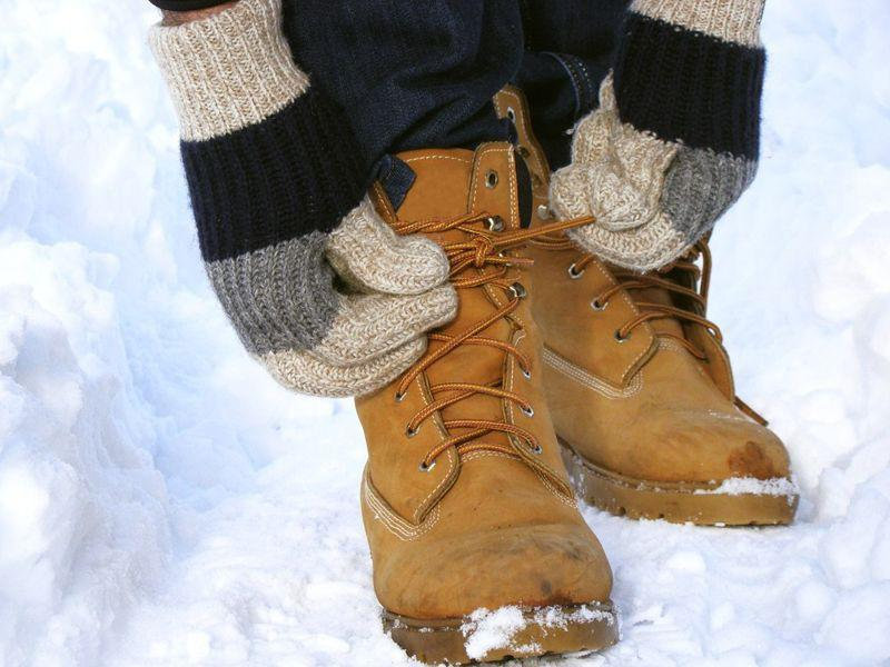 Bỏng lạnh: Bỏng lạnh là một dạng tổn thương do tiếp xúc với môi trường quá lạnh. Môi trường quá lạnh làm teo các mạch máu, giảm tuần hoàn máu. Bộ phận bị bỏng lạnh sẽ có cảm giác tê hoặc nhói.