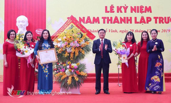 Lãnh đạo tỉnh trao Bằng khen cho Ban giám hiệu nhà trường.