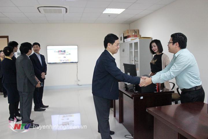 Phó Bí thư Thường trực Tỉnh ủy Nguyễn Xuân Sơn trò chuyện cùng PV, KTV của Đài.