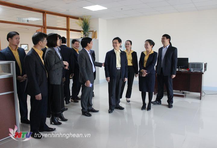 Phó Bí thư Thường trực Tỉnh ủy Nguyễn Xuân Sơn cùng đoàn công tác Ủy ban MTTQ tỉnh thăm phòng làm việc chuyên môn của đội ngũ PV, BTV Đài PT-TH Nghệ An.