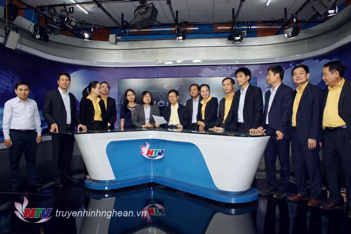 Đoàn tham quan Studio sản xuất chương trình thời sự và phòng truyền dẫn phát sóng.