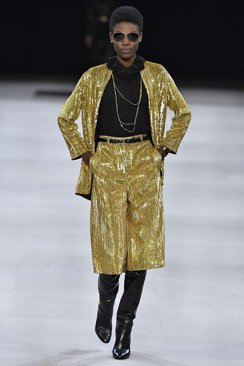 Bruno Mars là sao đầu tiên khởi xướng trào lưu mặc quần áo đính vàng. Celine, Altuzarra, Michael Kors và Missoni đã chịu chơi đính hẳn vàng 24 karat lên các thiết kế.