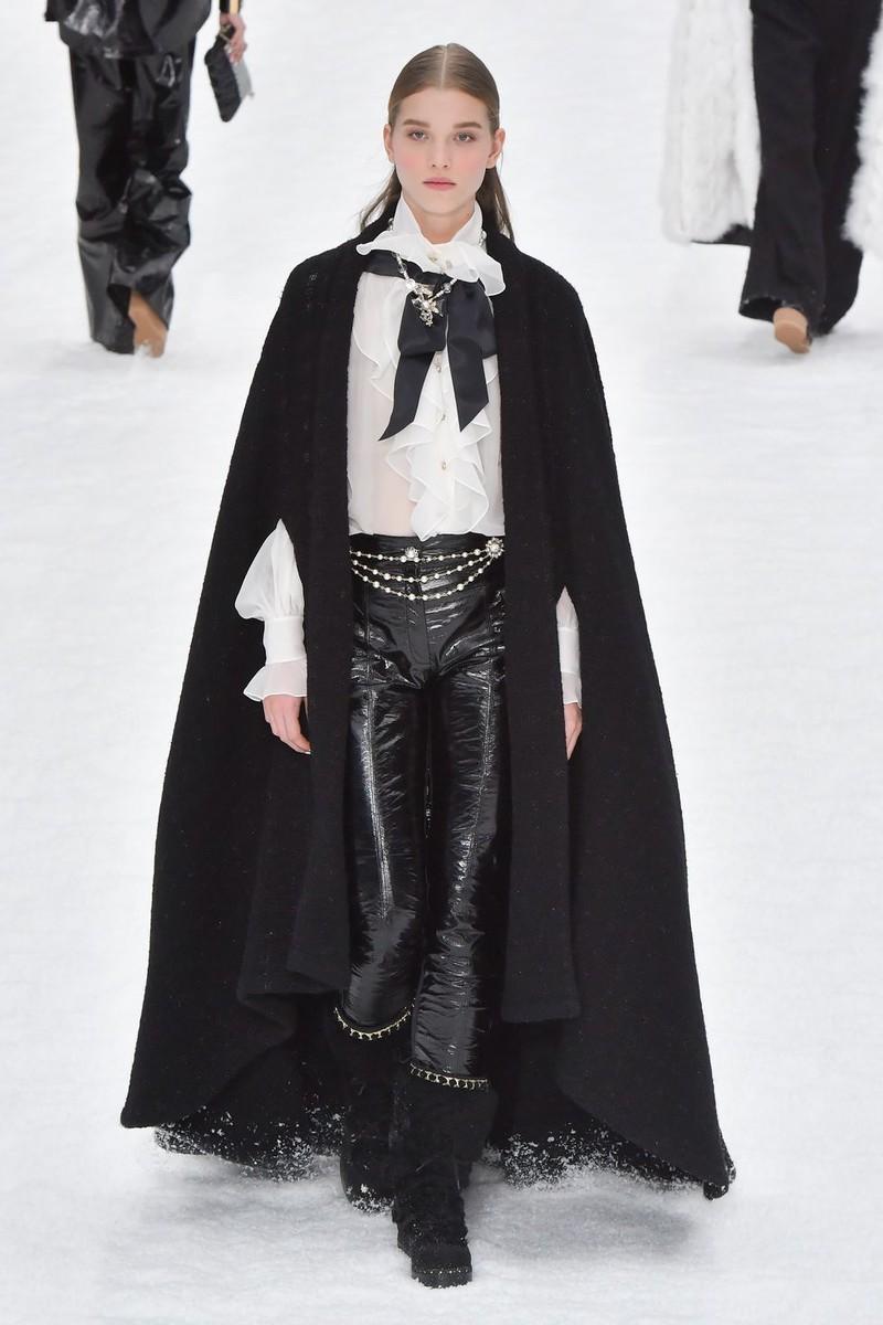 Áo choàng cape to bản được Chanel, Celine, Miu Miu, Max Mara và Marc Jacobs nhiệt tình lăng-xê.