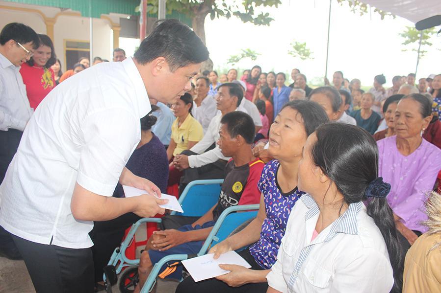 Chủ tịch UBND tỉnh Nghệ An – Thái Thanh Quý tặng quà cho người dân xã Vân Diên, Nam Đàn.