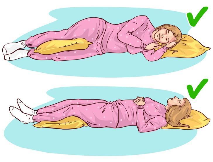 Theo các chuyên gia, các tư thế ngủ và đệm thêm gối như trong hình sẽ giúp giảm áp lực và trọng lượng cơ thể dồn lên cột sống trong suốt cả đêm. Ngủ sai tư thế có thể khiến bạn bị đau lưng mãn tính.