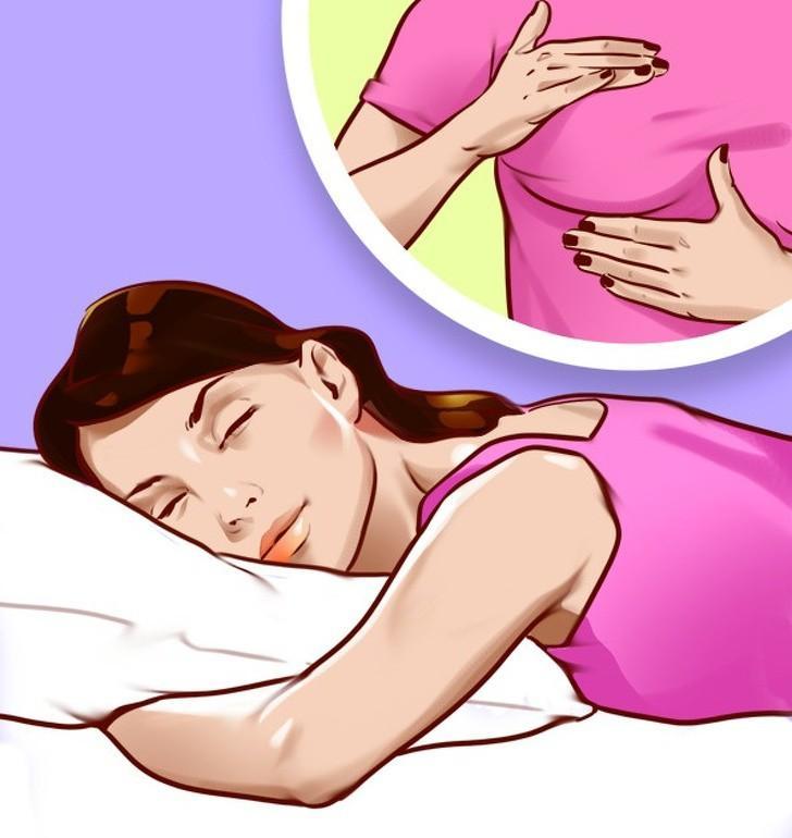 Nằm sấp sẽ gây áp lực không cần thiết lên ngực của bạn, hoặc nằm nghiêng cũng có thể khiến vòng 1 chảy xệ theo thời gian. Bạn hãy thường xuyên thay đổi sang tư thế nằm ngửa để cho vùng ngực được thư giãn.