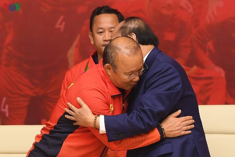 Thủ tướng khẳng định, các HLV Park Hang Seo và Mai Đức Chung có chung có khát vọng chiến thắng bằng một tinh thần cách mạng.