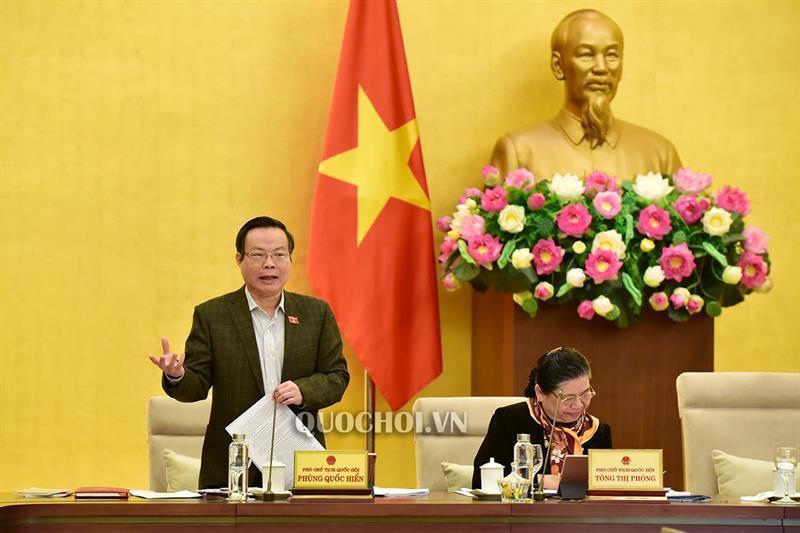Phó Chủ tịch Quốc hội Phùng Quốc Hiển cho ý kiến.