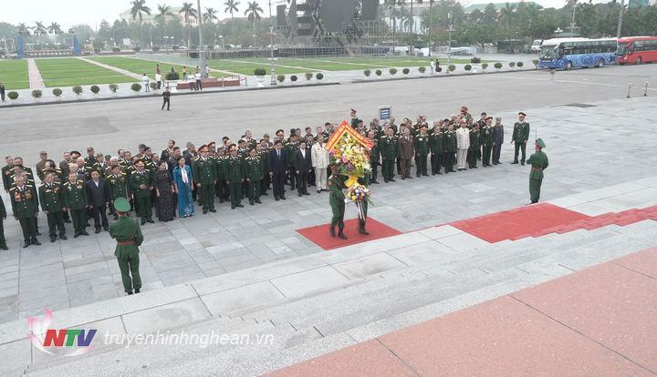 Lãnh đạo tỉnh cùng các đại biểu đến dâng hoa Chủ tịch Hồ Chí Minh tại quảng trường.