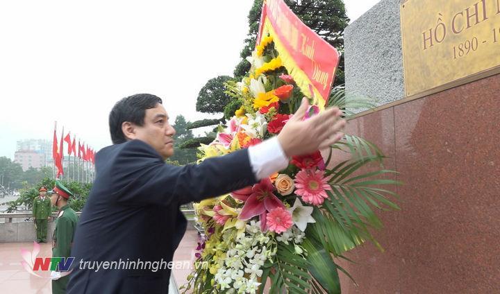 Bí thư Tỉnh ủy Nguyễn Đắc Vinh dâng lẵng hoa tươi lên tượng đài Chủ tịch Hồ Chí Minh.