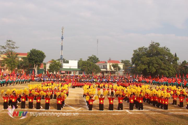 Màn đồng diễn của học sinh trên địa bàn tại lễ khai mạc.