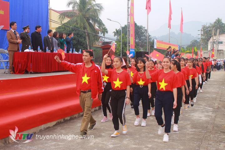 Các đoàn VĐV diễu hành qua lễ đài.