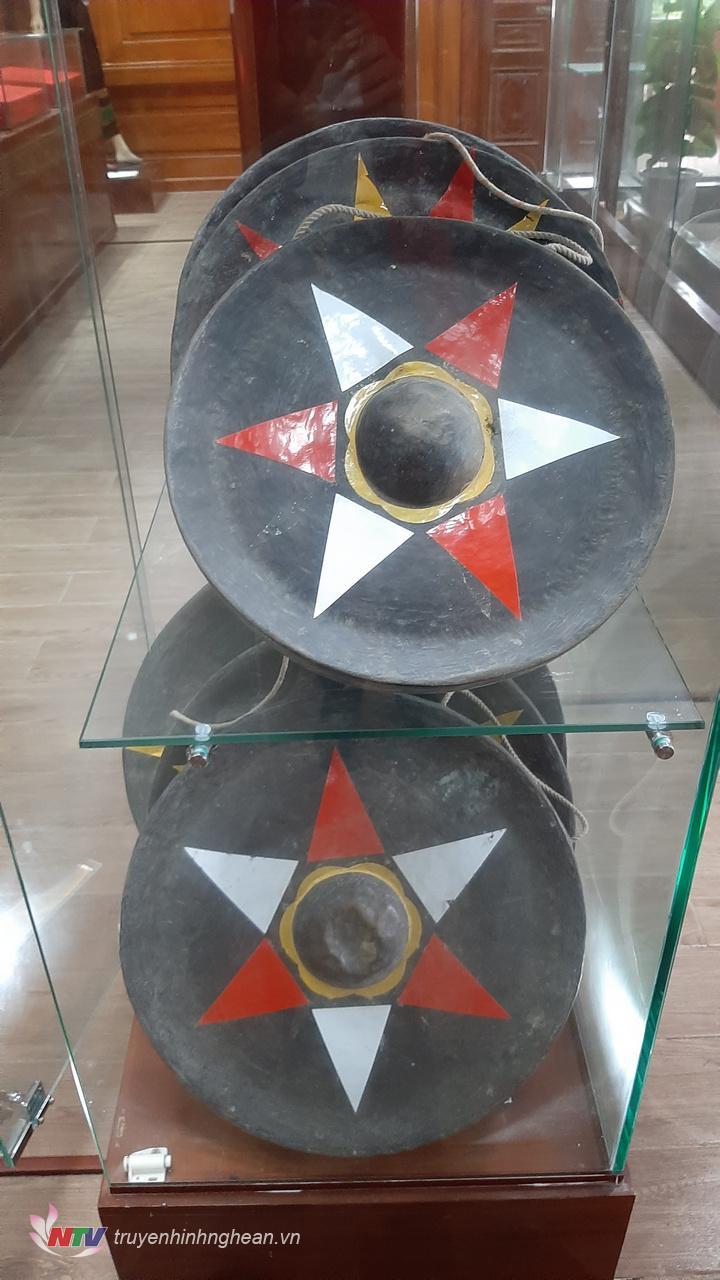 Cồng chiêng của đồng bào dân tộc thiểu số của địa phương trưng bày trong nhà truyền thống.