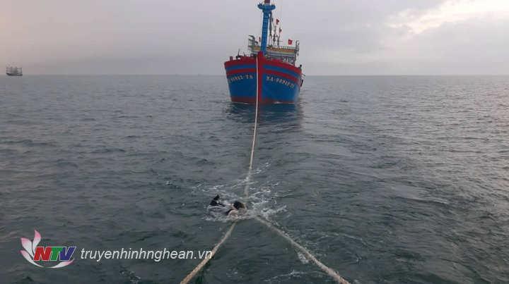 Lai dắt tàu gặp nạn vào bờ.