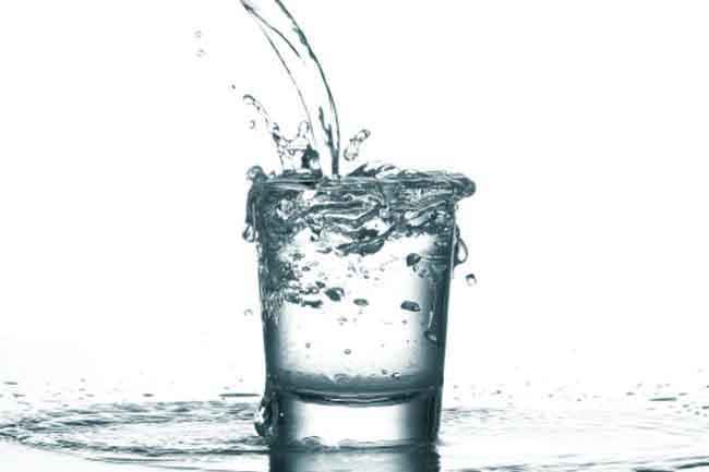 Không uống đủ nước: Chức năng chính của thận là lọc các chất thải của quá trình trao đổi chất. Bạn cần uống đủ nước để duy trì sự cân bằng hồng cầu, nếu không các độc tố sẽ tích tụ lại trong máu.