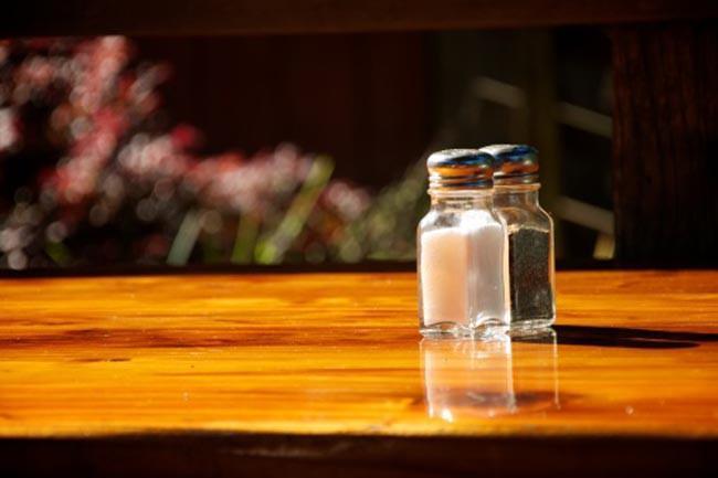 Ăn quá nhiều muối: Một chức năng khác của thận là trung hòa lượng natri mà ta hấp thụ. Khi ta ăn quá nhiều muối (nguồn natri chính), thận phải liên tục bài tiết natri, dẫn đến áp lực về lâu dài cho cơ quan này