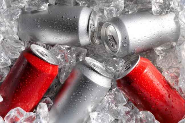 Caffeine và nước ngọt có ga: Nhiều loại nước ngọt có chứa caffeine, một chất có thể làm tăng huyết áp. Quá nhiều caffeine có thể gây áp lực lên thận, khiến thận tổn thương.