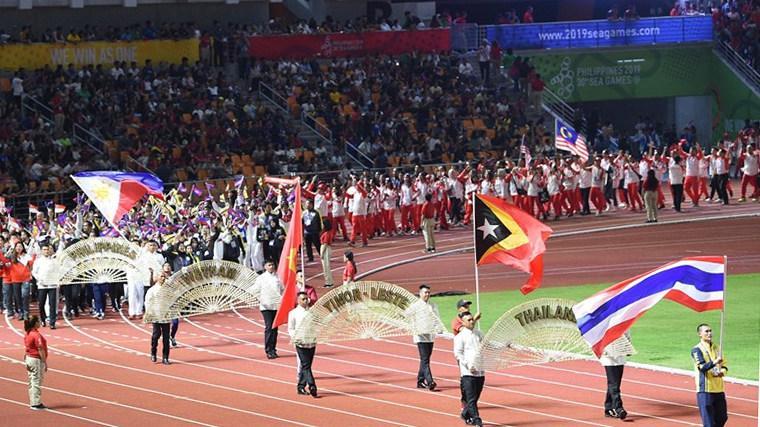 Các đoàn VĐV diễu hành tại lễ Bế mạc SEA Games 30.