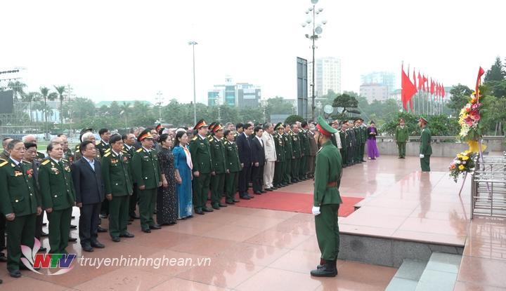 Đoàn đại biểu tưởng niệm Chủ tịch Hồ Chí Minh.