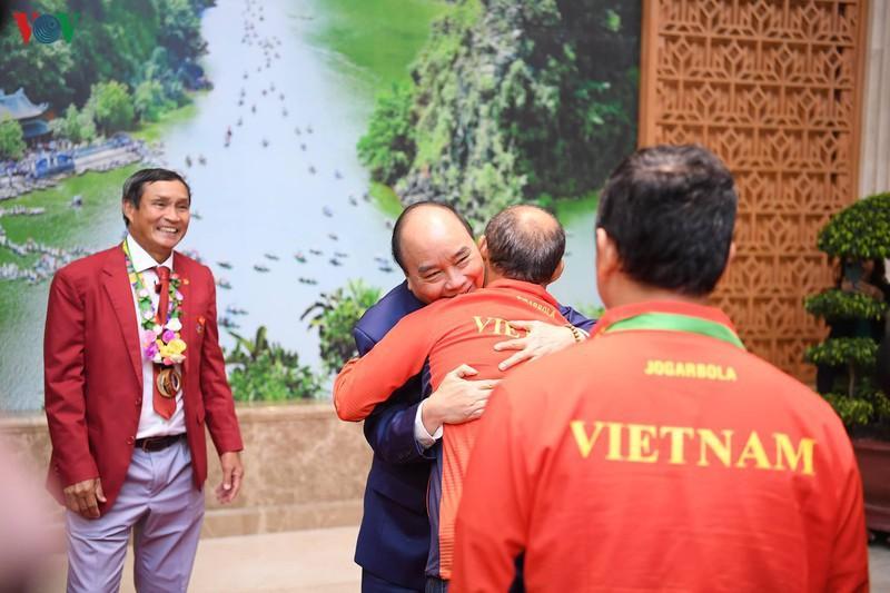 Thủ tướng Nguyễn Xuân Phúc chào mừng các thành viên hai đội tuyển.