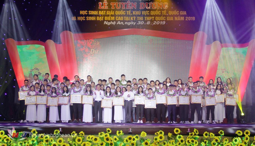 học sinh đạt giải quốc tế, quốc gia năm học 2018 - 2019 và học sinh đạt điểm cao kỳ thi THPT Quốc gia năm 2019.