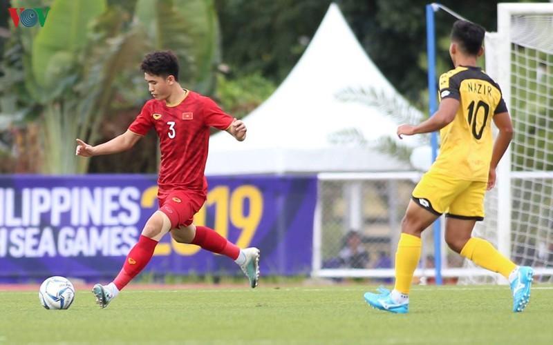 Hậu vệ: Huỳnh Tấn Sinh (1m78)