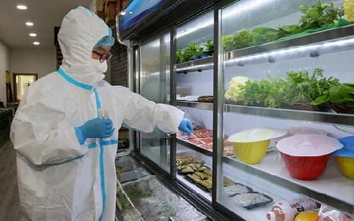 Nhân viên lấy mẫu thực phẩm để xét nghiệm vi rút SARS-CoV-2