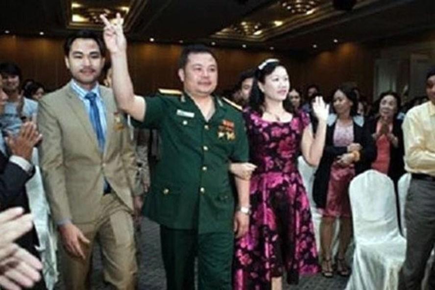 Trùm đa cấp Liên Kết Việt Lê Xuân Giang (giữa) thường mặc quân phục để giả danh quân nhân trong các buổi gặp khách hàng. Ảnh: Cơ quan công an cung cấp.