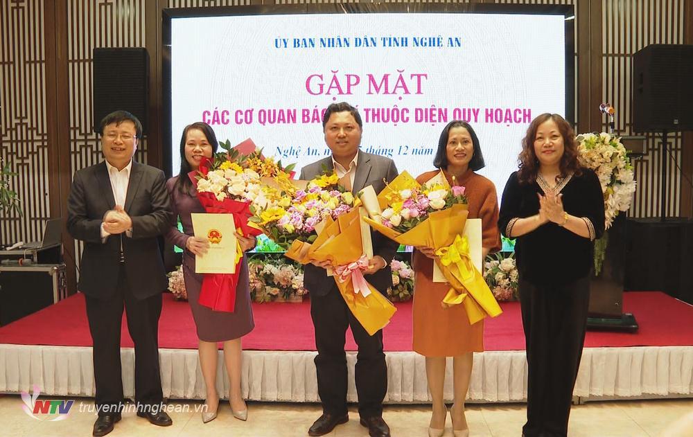 Lãnh đạo tỉnh tặng hoa cho đại diện các cơ quan báo chí trong diện quy hoạch.