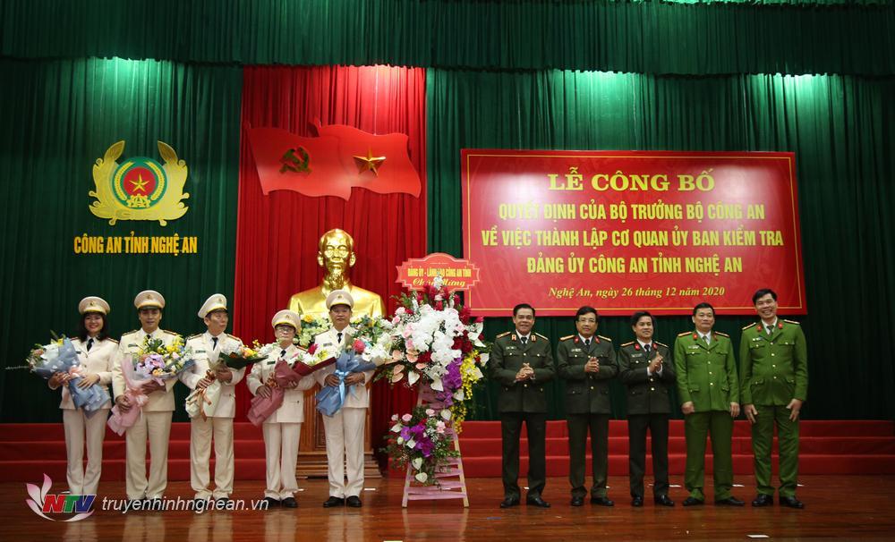 Lãnh đạo Công an tỉnh tặng hoa chúc mừng cơ quan UBKT Đảng uỷ.