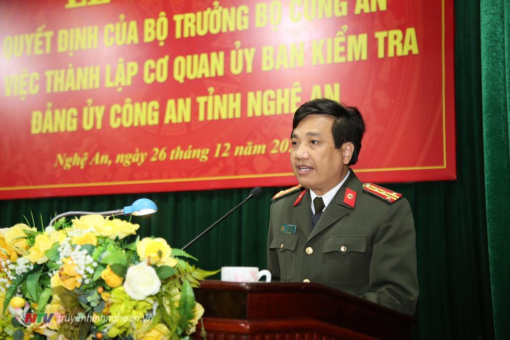 Đại tá Hồ Văn Tứ - Phó Giám đốc Công an tỉnh phát biểu giao nhiệm vụ.
