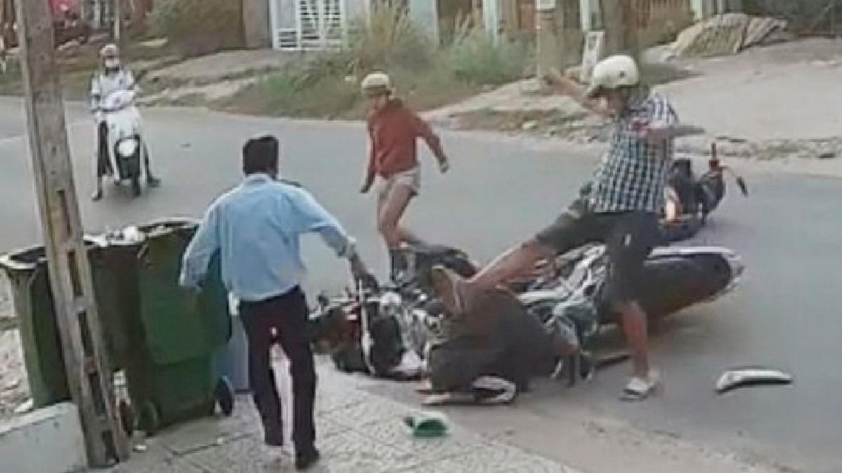 Hình ảnh nữ sinh lớp 10 bị Thành đánh dã man sau va chạm giao thông được camera an ninh ghi lại