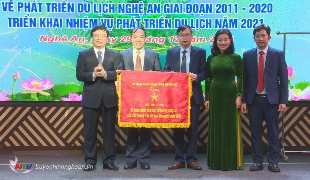 Phó Chủ tịch UBND tỉnh Bùi Đình Long trao Cờ Thi đua năm 2020 của UBND tỉnh cho lãnh đạo Sở Du lịch.